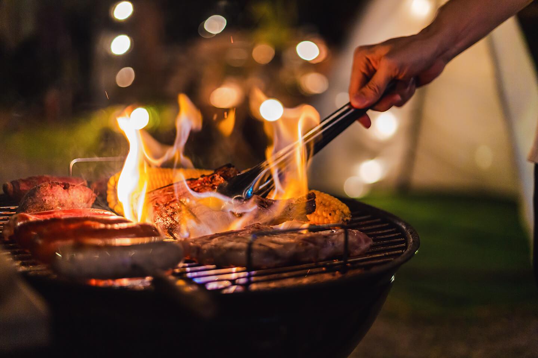 Nettoyer son barbecue et surtout la grille incrustée de graisse parait difficile au premier abord…